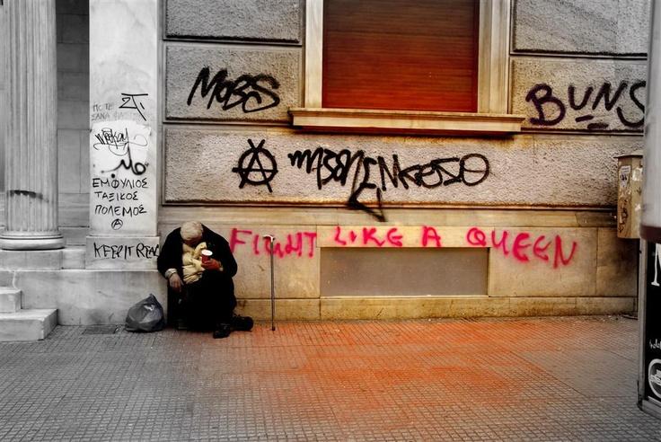 È difficile valutare il numero dei senzatetto; secondo alcune stime, sarebbero almeno 40'000. Molti di loro sono 'nuovi poveri': persone che hanno perso il lavoro nella crisi e hanno dovuto lasciare il proprio appartamento. Qui sopra, una persona chiede la carotà davanti a un muro coperto di graffiti anarchici.