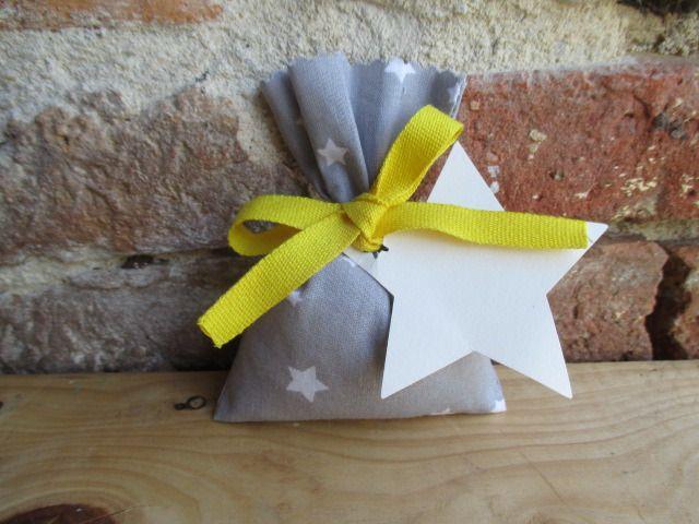 Pochon dragées gris et jaune, ballotin, sachet, pochette en tissu gris et étoile pour mariage, baptême,communion... : Autres bébé par les-voilages-de-caroline