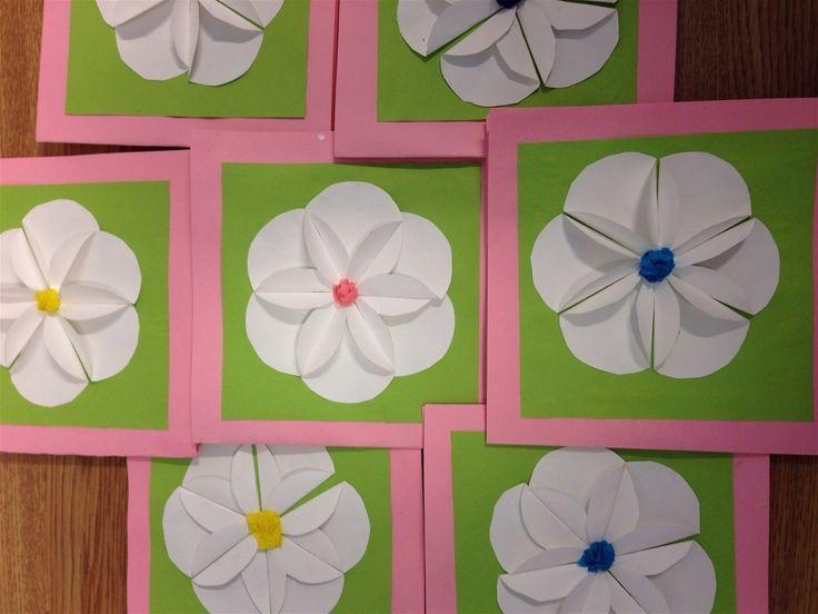 Kuudesta ympyrästä tehtiin äitienpäiväkorttiin kukka kolmosten kanssa.
