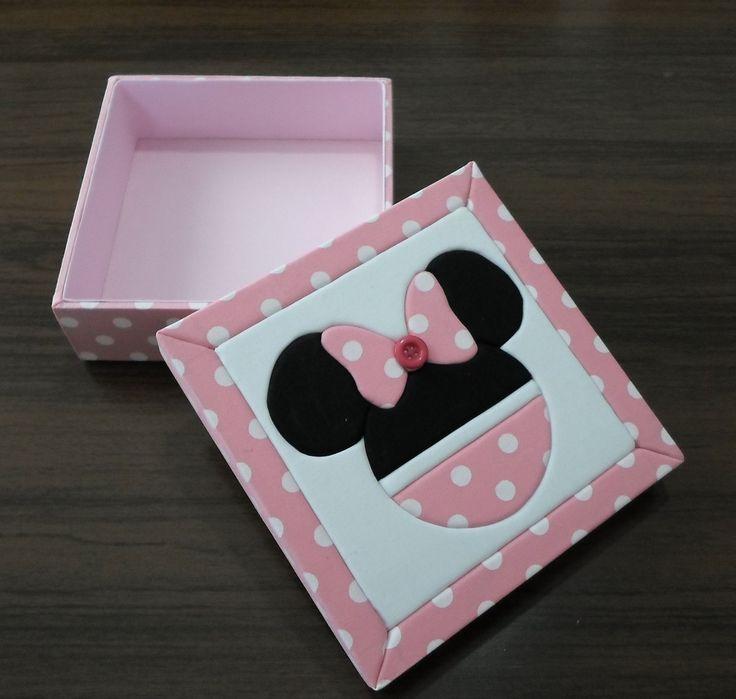 Caixa em Mdf com patchwork embutido.  Minie Mouse na cor rosa, pode ser feito na cor vermelha também.  Detalhe com botão no laço.