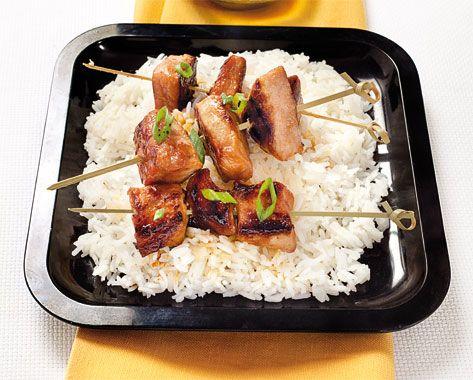 Preparate un'emulsione con 5 cucchiai di olio extravergine, la salsa di soia, il miele, lo zenzero grattugiato, il sale e il pepe. Tagliate il filetto di maiale a bocconcini, trasferiteli...