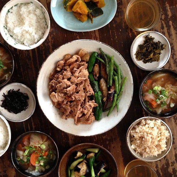 豚こまで焼肉 夏野菜いろいろ、かぼちゃの煮物、きゅうりとなすの浅漬け、キャベツの味噌汁、辛子高菜、つぼ漬け昆布、ごはん。 #おうちごはん  #晩ごはん  #夕ごはん