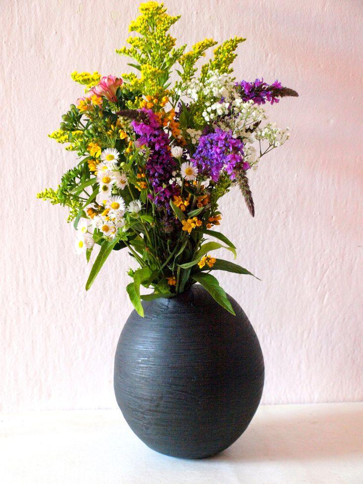 Kokon Větší váza, do které lze dát větev, ale klidně také květy. Záleží na Vaší fantazii. Na váze je patrná malba černou engobou, která vytváří zajímavý dekor. Materiál: světlá hlína, v hrdle barvená engoba, uvnitř transparentní glazura, zvenku barvená engoba Velikost: výška 20 cm, šířka 16 cm