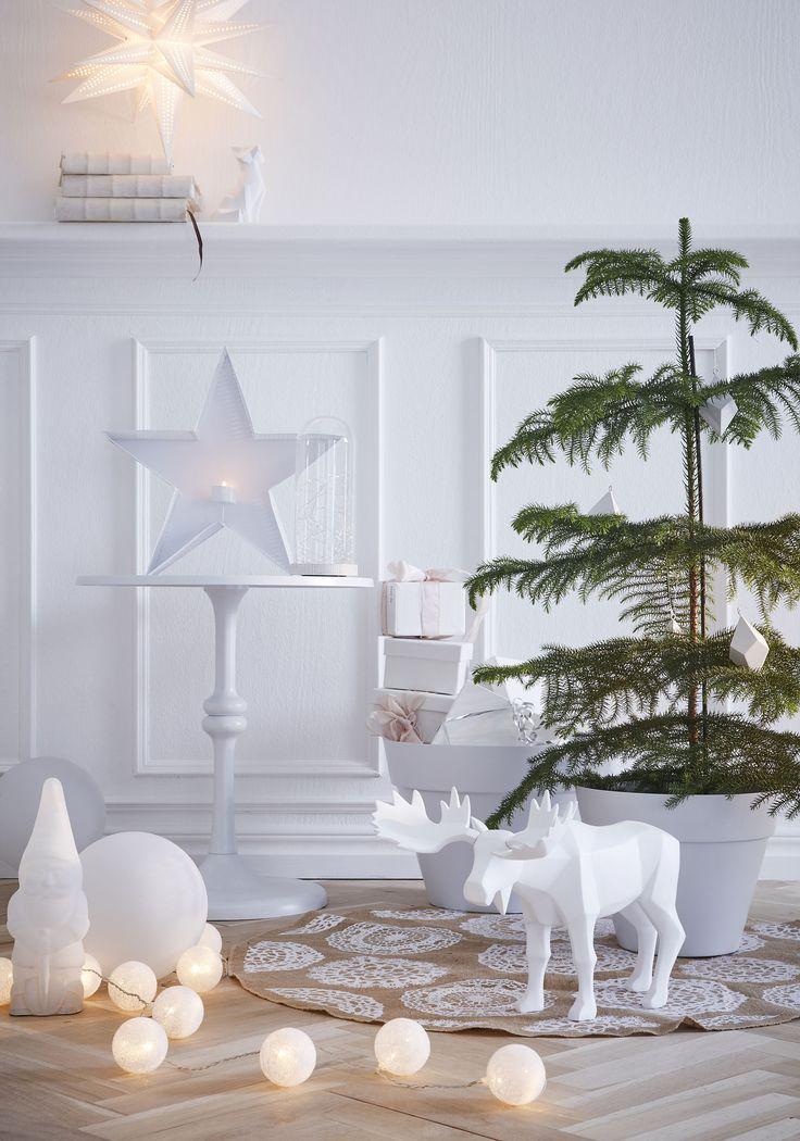 Vita detaljer som passar in i den vita julen. Rumsgran är en trendväxt och känns julig och komplement/istället för de traditionella julväxerna.