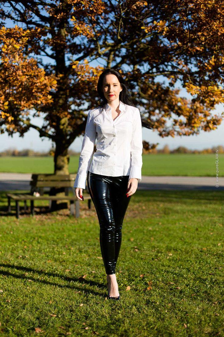 """Fashionblog und Modeblog -aus Münhen und Berlin - Blogger mit eleganter enger Lackhose und Christian Louboutin High-Heels, kombiniert mit einer engen und strengen Bluse von Hugo Boss - Lackhose mit Bluse - Tipps """"Laufen mit Pumps auf einer Wiese"""" #bluse #lackleggings #leggings"""