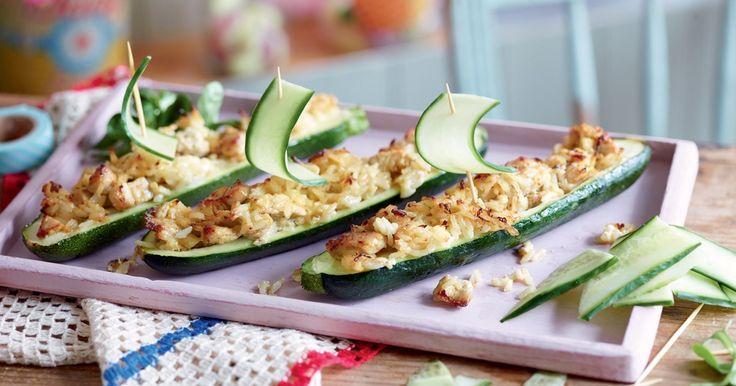Vos enfants vont se régaler avec cette recette de bateaux de courgettes farcies au poulet et riz