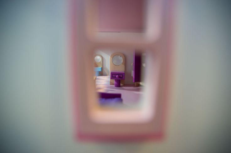 Wooden dollhouse. Sbirciando dalle finestre della casa delle bambole Big Cottage, ne scoprirete i piccoli accurati dettagli dell'arredamento degli interni. L'arredo completo per la casa delle bambole (come quello dell'immagine) è acquistabile su http://www.giochiecologici.it/p/18/arredo-completo-per-casa-bambole