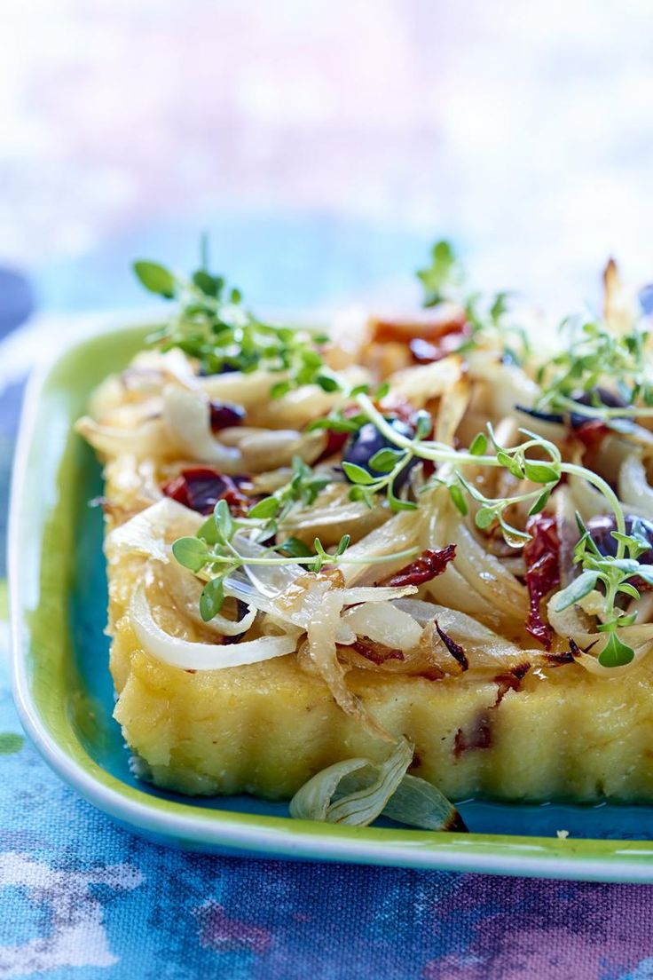 On apprécie la version healthy et sans gluten de la pissaladière niçoise. Tomates séchées, anchois et petits oignons, une recette 100% été.