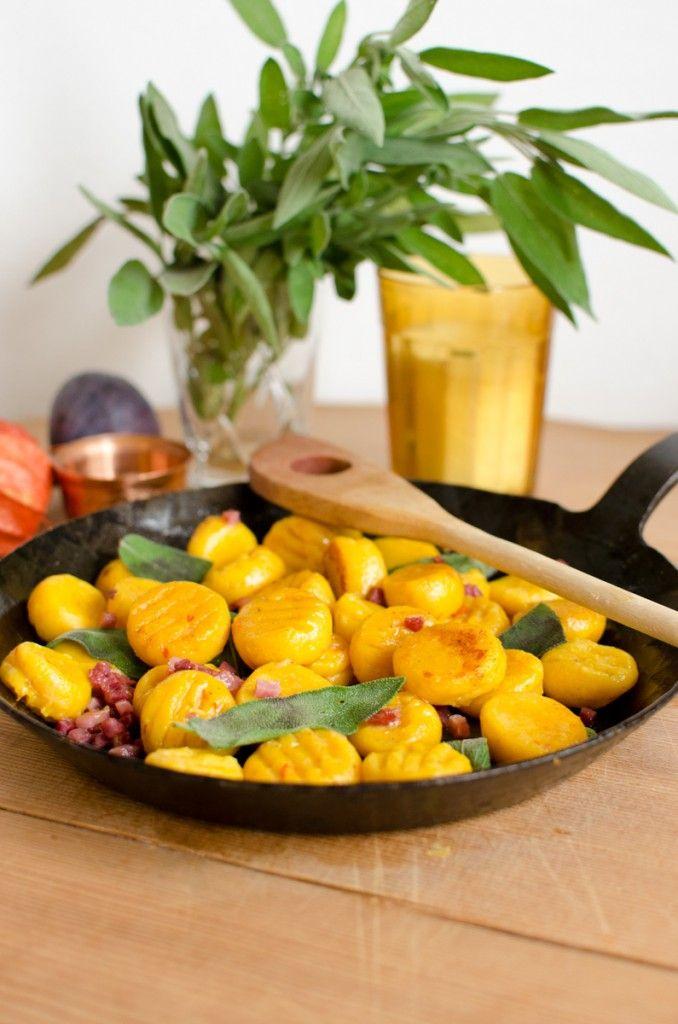 Rezept für Kürbis Gnocchi mit Salbei Butter und Speck als leckeres Gericht für den Herbst