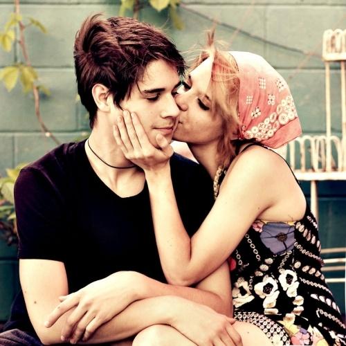 Best 25+ Cheek kiss ideas on Pinterest | Couple kissing ...
