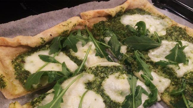 Pizza med rucolapesto och mozzarella.