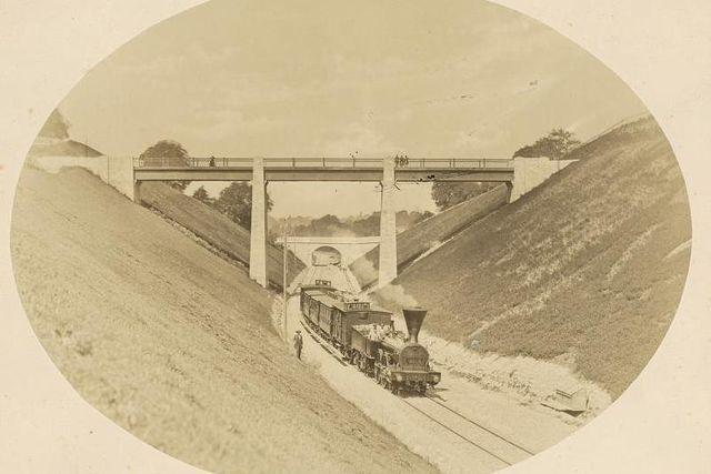 Les premiers trains arrivent à Lausanne en 1856. Avant d'entrer en gare, ils empruntent la tranchée du Languedoc, alors à simple voie. Le petit embranchement deviendra rapidement grand. (Pont Marc Dufour, je suppose)
