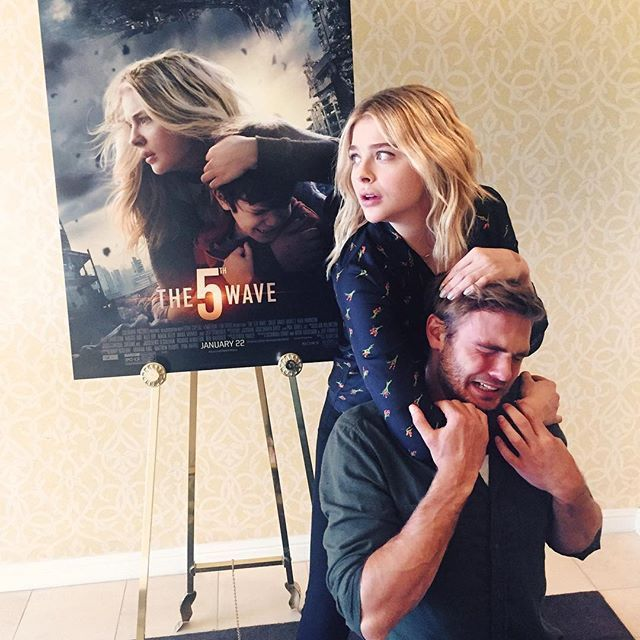 Reenacting The 5th Wave movie poster. Tears of laughter! | pic via Chloe Grace Moretz