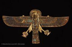 Pendentif à tête de bélier - découvert dans la tombe d'un taureau Apis enterré au Sérapéum de Saqqara - Nouvel Empire - Musée du Louvre - inventaire n° E 80