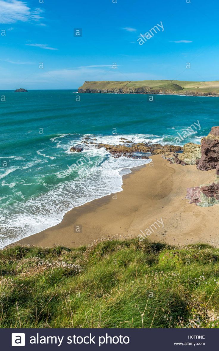 Download this stock image: Rolling waves at Polzeath in North Cornwall - H0TRNE…