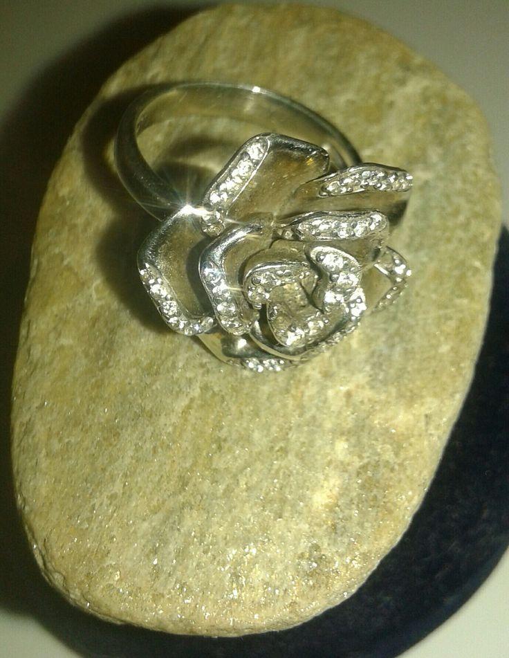 anillo flor en plata con circones.