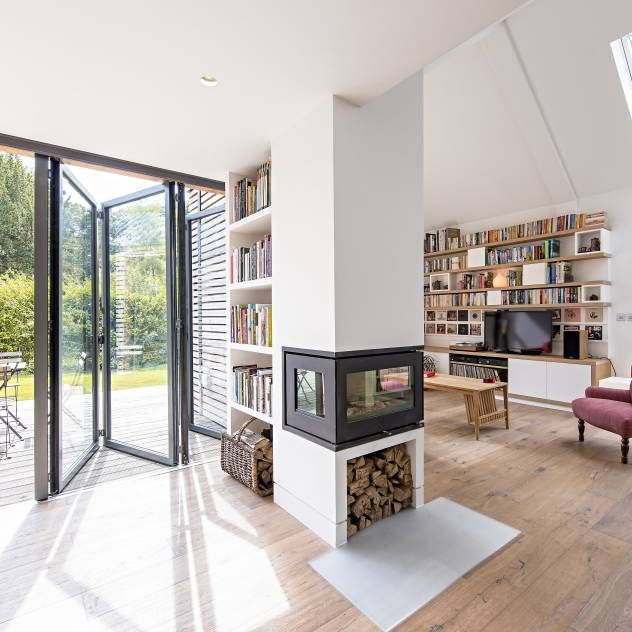 Love these modern folding doors paired with the glass fire place Glas-Faltwand SF 75 : Moderne Fenster & Türen von SUNFLEX Aluminiumsysteme GmbH