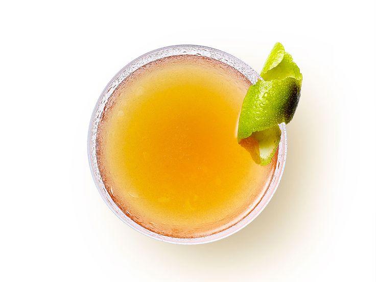 Σε συνεργασία με το Fine Drinking του World Class σας παρουσιάζουμε το Zacapa Rum Daiquiri, έναν απλό συνδυασμό από ρούμι, σιρόπι ζάχαρης και lime, ιδανικό αν θέλετε να φέρετε στο μυαλό σας τις πρώτες ηλιόλουστες παραλίες.