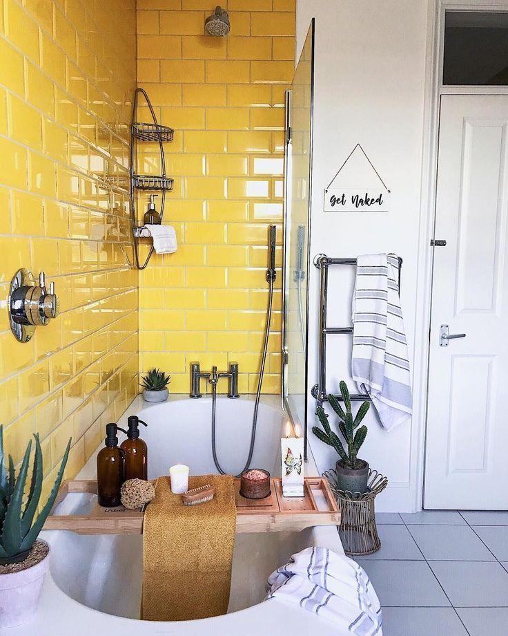 Gelbe Badezimmerfliesen machen diese Badewanne modern und unterhaltsam