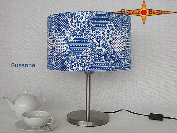 Tischleuchte SUSANNA Ø 35 cm Tischlampe Retro. Hier ohne eingeschaltete Beleuchtung. Originaler Retrostoff: Weiß- blaues Patchwork mit Prilblumenmuster.