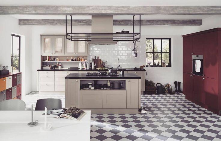 A co powiecie o takiej loftowej kuchni? Czerwony kolor frontów po prawej ożywia z założenia sterylny biały wystrój kuchni w stylu loftowym  #bogaccypl #kuchnia #kuchnie #inspiracje #inspiracja #wnętrza #mojemieszkanie #mojdom #aranżacjawnętrz #meblekuchenne #mojakuchnia #meble #pomysł #pieknakuchnia #kitchen #kitcheninspo #interiordesign #decor #meblenawymiar #nowakuchnia #remont #beautiful #vsco #vscocam #details #vscopoland #beautiful #industrial #loft