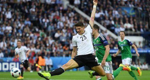 Немцы побеждают и финишируют первыми в группе http://dneprcity.net/sport/nemcy-pobezhdayut-i-finishiruyut-pervymi-v-gruppe/          Марио Гомес, Getty Images         Малыми силами сегодня справились подопечные Йоахима Лёва, минимально обыграв Северную Ирландию благодаря мячу Марио Гомеса (1:0).