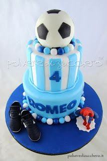 Torta decorata a tema calcio: pallone, scarpe da calcio e uomo ragno per un bimbo   Cake decorated football theme : ball , soccer shoes and Spider-Man for a child