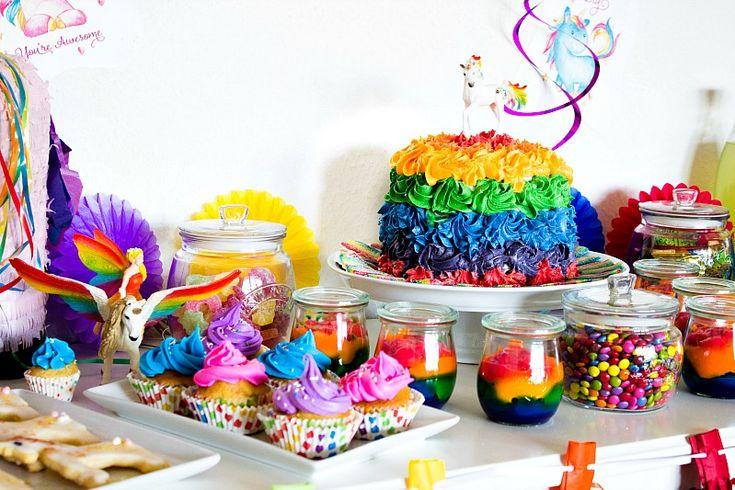 Die besten Ideen, Rezepte, Spiele für eine gelungene Einhornparty / Regenbogenparty. Alles zum Thema Einhorn und Regenbogen, Einhorn Mitbringsel, Einhorn Partydeko, Einhornparty Essen, Regenbogentorte.