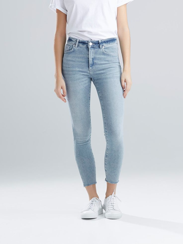 Et par comfort stretch jeans i ankellengde med høy midje. Tetsittende passform. Avklippet kant nederst. Never Denim. Blå