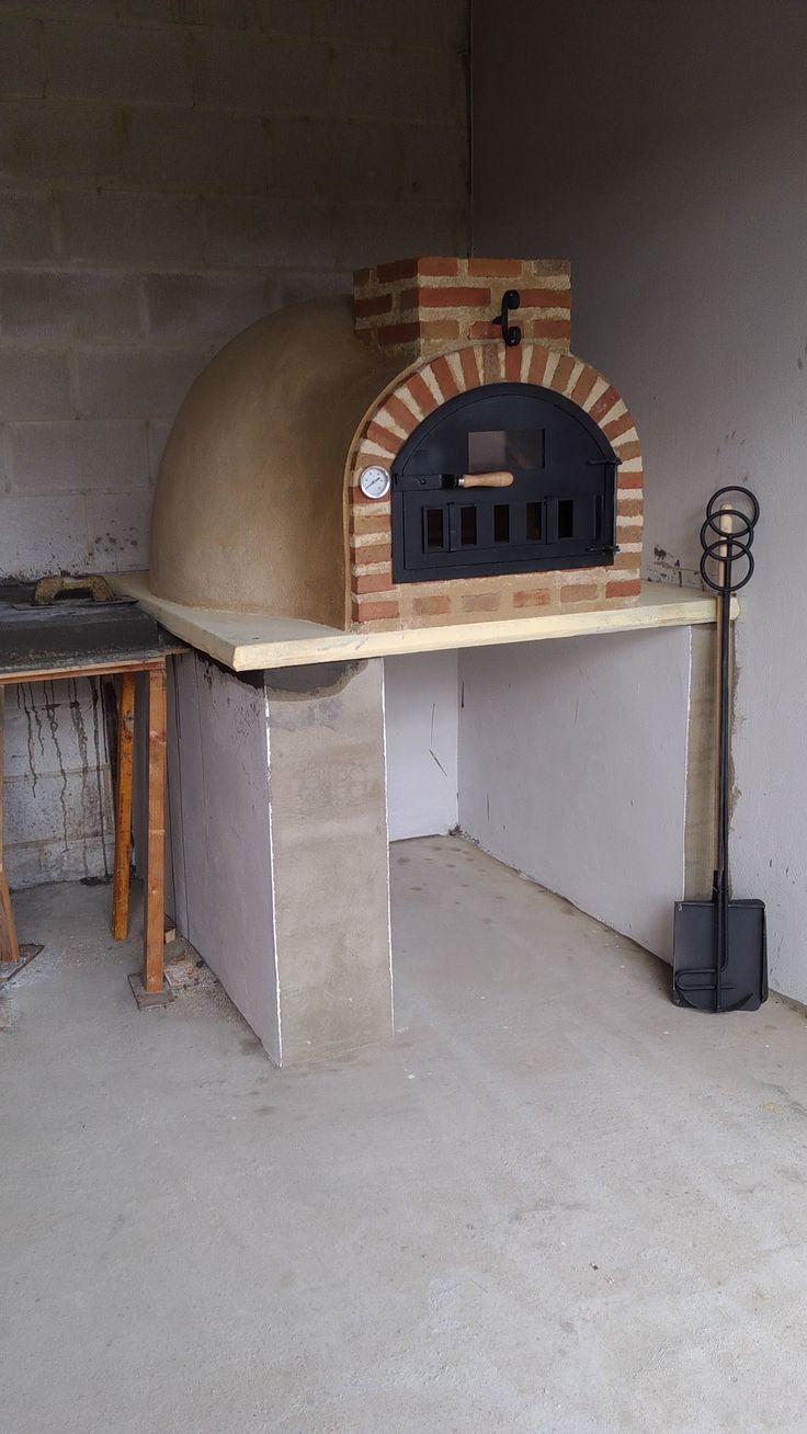 Os presentamos el horno de leña de nuestro amigo Jairo. Un horno de barro de 100 cm que montamos en León. Jairo eligió el acabado Tradicional para su horno de leña.
