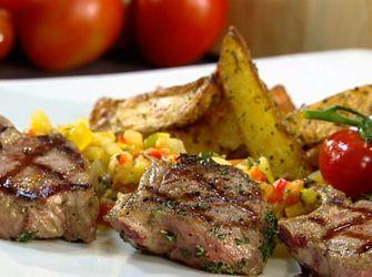 Gegrilde lamskoteletten met ratatouille, aardappelen mogen maar hoeft niet. Neem eerder een grotere portie groenten. Ik heb wel venkel vervangen door knolselder.  Ook lekker.