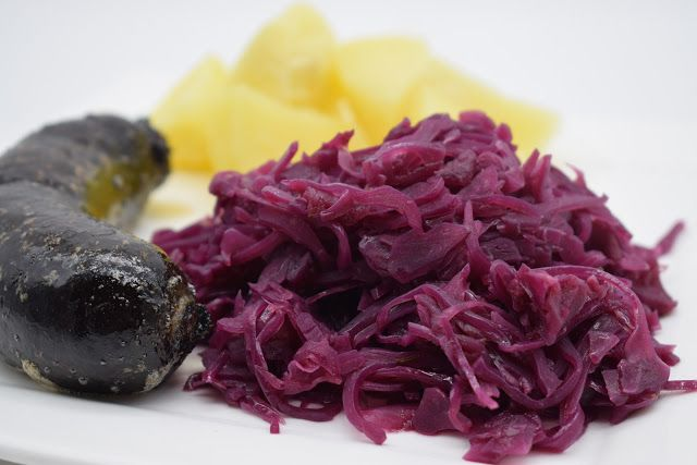 Dominique's kitchen: Rode kool met appeltjes en kaneel - Red cabbage wi...  RODE KOOL MET APPELTJES EN KANEEL RED CABBAGE WITH APPLE AND CINNAMON   Nieuwsgierig naar het recept? Klik op onderstaande foto. Curious for the recipe? Click on the picture below.   #appels #apples #azijn #bayleaf #brownsugar #bruinesuiker #cinnamon #kaneel #laurier #onion #orangejuice #redcabbage #rodekool #sinaasappelsap #ui #vinegar