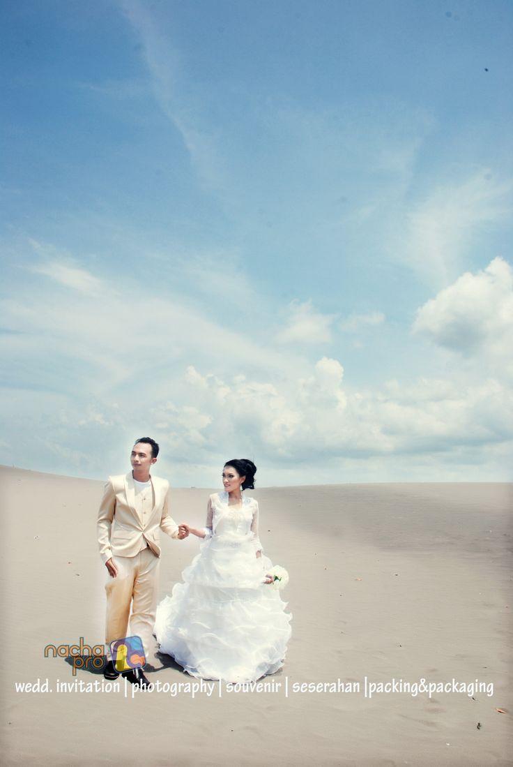 #prewedding  #white #gown #bride #groom #photography #nachapro #solo #indonesia in gumuk pasir parangkusumo, jogja