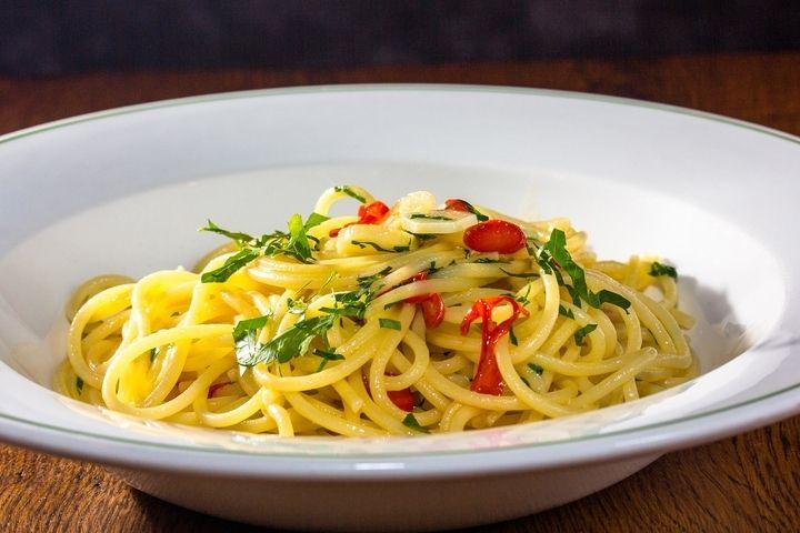 Спагетти Алио и олио - пошаговый рецепт с фото: Спагетти aglio e olio, в которых присутствует только оливковое масло, чеснок и перец, популярны в Италии не меньше других... - Леди Mail.Ru