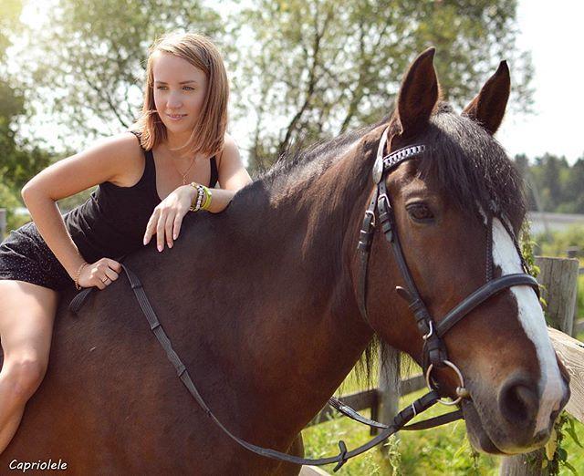Instagram media by capriolele - Александра боялась просто потрогать лошадь ))) что уж говорить , о том чтоб на нее залезть,  да еще без седла )) Но , что не сделаешь ради красивого и эффектного фото 😂👍 #прогулка #природа #фотосессия #москва #лошадь #конюшня #вороново #усадьбавороново #фото #хобби #фотография #foto #photo #photography #moscow #horse #love #summer #лето #девушка #girl