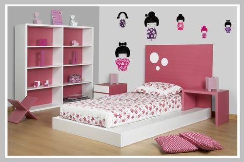 AMBIENTE NIÑA KOKESHI Decoración para habitación de una niña apasionada por el rosado fuerte. El diseño se presta para también niños también escogiendo los acabados de madera y colores de accesorios masculinos. La cama es bajita con espaldar y mesa de noche incorporados. La mesa de noche individual es de diseño moderno cuadrado con dos cajones y colores contrastantes. Esta habitación la hemos adecuado con un vinilo divertido de las muñecas Kokeshi.