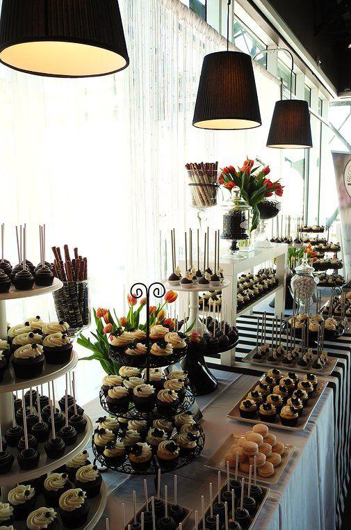 Table sucrée pour symposium   cupcakes, cakepops, bretzels trempés dans le chocolat, macarons, tulipes   Farine et Chocolat   Corporatif