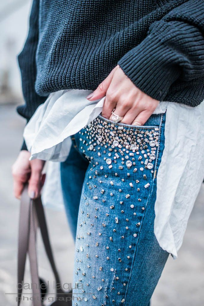 Outfit mit Jeans mit Perlen, bestickte Jeans, embroidered denim with pearls, Strickpullover, weiße Pumps und graue Tasche von Tamaris  | OOTD | Outfit of the day | Julies Dresscode Fashion Blog | https://juliesdresscode.de