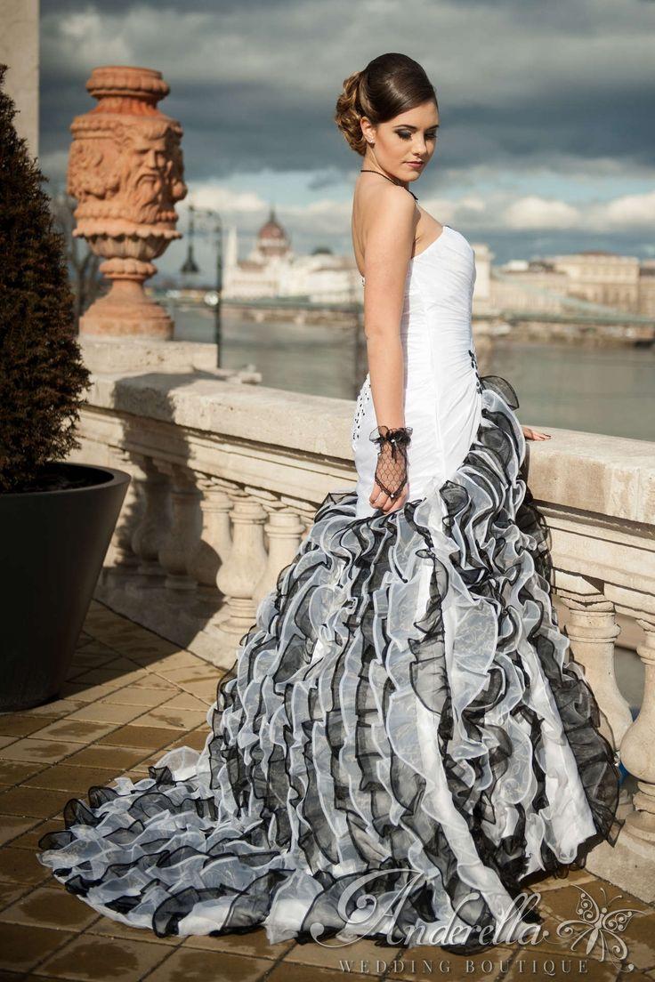 Különleges fekete-fehér menyasszonyi ruha, sellő fazonú. Menyasszonyi ruha Budapest, esküvői ruha Budapest, uszályos ruha, fekete-fehér menyasszonyi ruha, sellő fazonú.