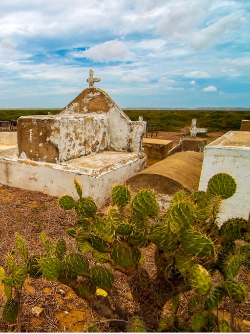 colombia - La Guajira, cementerio.