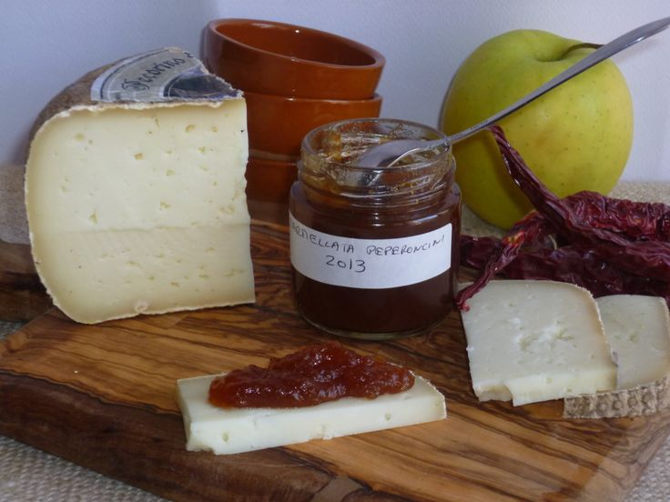 la marmellata di mele e peperoncino, è una confettura piccante, preparata con mele e peperoncino, ideale per essere servita con i formaggi stagionati