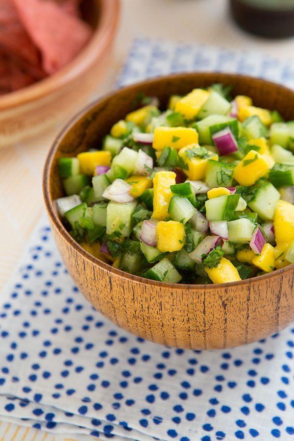 Insalata di cetrioli e mango: cetrioli mango cipolla rossa coriandolo lime sale pepe