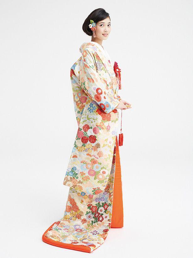 オーセンティック バイ ラレンヌ(Authentique by La Reine) 銀座 さまざまな花で全身を彩った優しい色合いの上品な色打掛