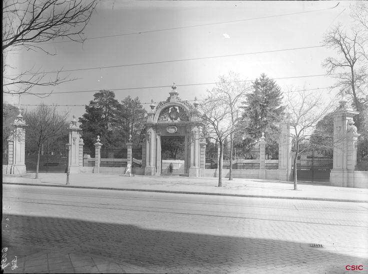 Puerta de Felipe IV del Parque del Retiro. Archivo Lladó (ACCHS-CSIC).