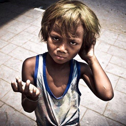 """lolahierro: """"335/365: Una de las fotos mas duras que he disparado. Este niño pedía dinero a los extranjeros en la frontera entre Camboya y Tailandia. Lo que obtenía lo entregaba a un señor un tipo de raza negra gigantesco que controlaba a varios chavales como él. En Poipet abril de 2011. Todos los relatos de este viaje ek Reporteranomada.com #reporteranómada #travel #viajes #infancia #childhood #niño #child #pobreza #poverty #mendicidad #beggar #Cambodia #Camboya #Tailandia #Thailand…"""