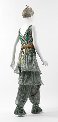 jupe-coulotte: pantaloni alla turca quasi trasparenti e abiti svasati sopra 1913
