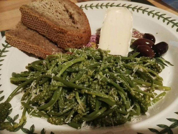 "Asparago dei boschi (grazie Giuse!), pane ai cereali, formaggio ""scimudìn"" e olive Bath asparagus, cereal bread, ""scimudìn"" cheese and olives  #fitoalimurgia #phytoalimurgy  #vegetariancooking #vegetarianafelice #happyvegetarian #eatingwildplants"