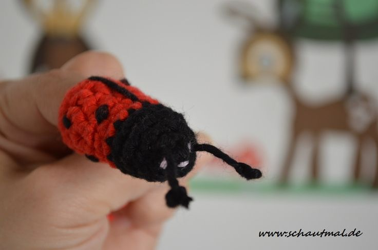 Nach der Anleitung für das kleine Äffchen letzte Woche gibt es heute eine Anleitung für einen kleinen Marienkäfer.