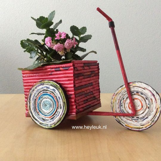 Deze vrolijke, rode bakfiets is gemaakt van gerolde papierstroken en heeft een ruime mand waarin zelfs plantjes passen. Van gerecycled materiaal.