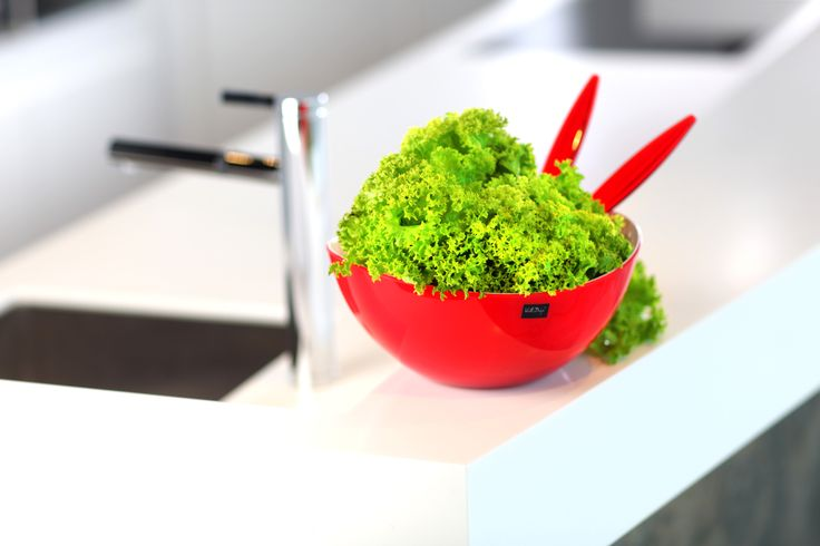 Nowoczesna, owalna miska z serii Livio Vialli Design. Została wykonana z wysokiej jakości akrylu. Oryginalny i przyciągający uwagę design miski sprawia, że naczynie pełni nie tylko funkcję praktyczną, ale również dekoracyjną na stole. Biały kolor wewnątrz miski i soczysty, intensywny kolor z zewnątrz doskonale ze sobą kontrastują. W naczyniu można serwować sałatki, owoce, drobne przekąski jak np. ciasteczka, cukierki.
